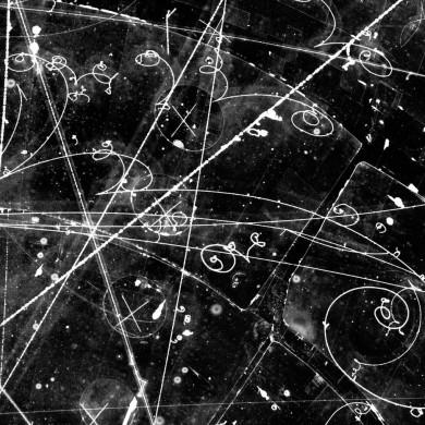 Spår av elektriskt laddade partiklar i bubbelkammare